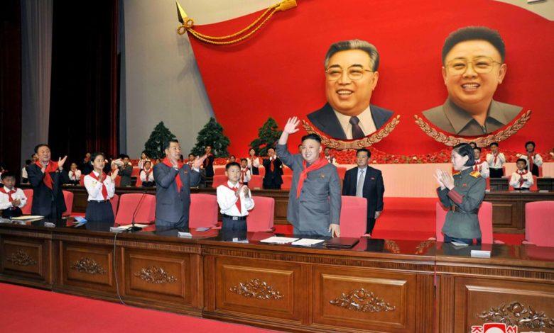 Kim Jong Un erwidert auf dem 7. Kongress der KOK den begeisterten Jubel der KOK-Mitglieder. Juni Juche 102 (2013)