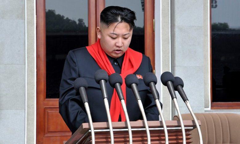 Kim Jong Un bei der Rede auf dem Republiktreffen der KOK zu deren 66. Gründungstag Juni Juche 101 (2012)