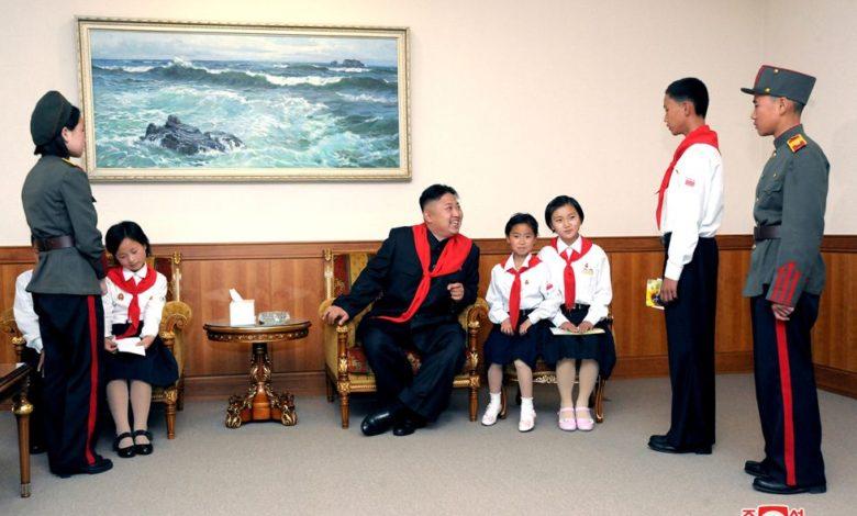 Kim Jong Un bei der Unterhaltung mit KOK-Mitgliedern Juni Juche 101 (2012)