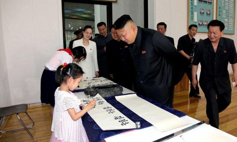 Kim Jong Un während der Besichtigung des Schülerpalastes Mangyongdae Mai Juche 103 (2014)