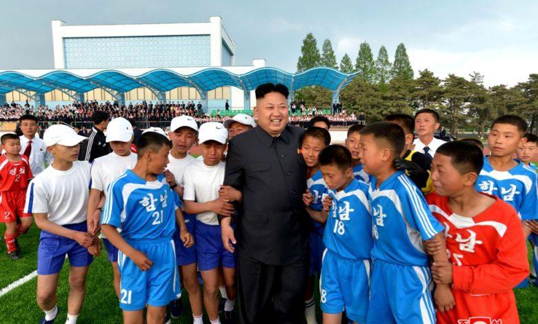 Kim Jong Un unter jüngeren Fußballspielern Mai Juche 103 (2014)