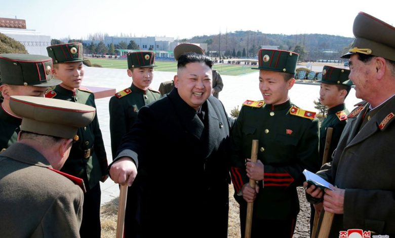 Kim Jong Un pflanzt zusammen mit Schülern der Revolutionsschule Mangyongdae Bäume an. März Juche 106 (2017)
