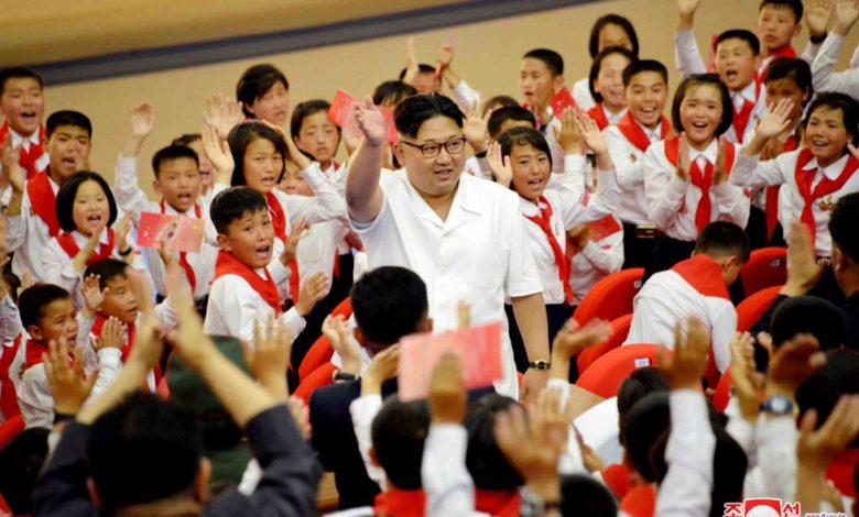 Kim Jong Un unter KOK-Mitgliedern Juni Juche 105 (2016)