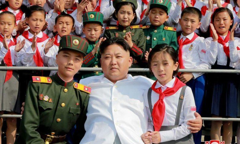 Kim Jong Un lässt sich mit KOK-Mitgliedern zum Andenken fotografieren. Juni Juche 105 (2016)