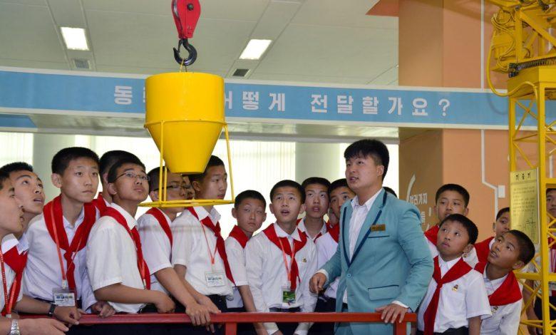 Im Palast der Wissenschaft und Technik häufen Schüler Kenntnisse an.