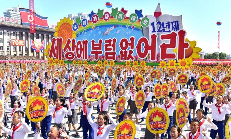 KOK-Mitglieder jubeln begeistert Kim Jong Un zu.
